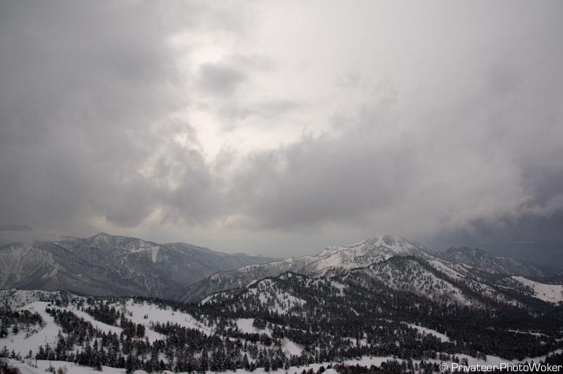 横手山山頂曇り空